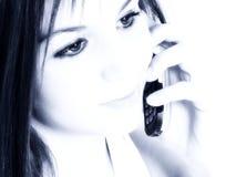 Schönes jugendlich Mädchen mit Mobiltelefon-hoher Taste Stockfotografie