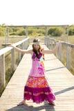 Schönes jugendlich Mädchen mit rosafarbenem purpurrotem Blumenkleid Stockfoto