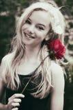 Schönes jugendlich Mädchen mit stieg stockfoto