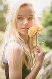 Schönes jugendlich Mädchen mit stieg lizenzfreie stockfotos
