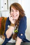 Schönes jugendlich Mädchen mit Telefon lizenzfreie stockbilder