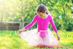 Schönes jugendliches Mädchen, das Gymnastik tut und in das Ci ausdehnt Stockfotografie