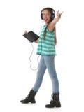 Schönes jugendliches Mädchen, das verrückt tanzt und geht lizenzfreie stockbilder