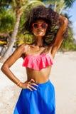 Schönes jugendliches schwarzes Mädchen in der Sonnenbrille, im BH und im Rock Lizenzfreie Stockfotografie