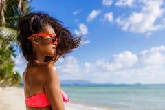 Schönes jugendliches schwarzes Mädchen mit dem langen gelockten Haar in der Sonnenbrille Lizenzfreies Stockfoto