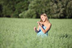 Schönes Jugendlichmädchen, das einen Haferstamm berührt lizenzfreie stockfotos