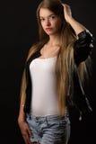 Schönes Jugendlichmädchen im weißen Hemd und in der Jacke Stockfotos