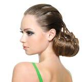Schönes Jugendlichmädchen mit moderner Frisur Stockfotografie