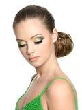 Schönes Jugendlichmädchen mit moderner Frisur Lizenzfreies Stockfoto