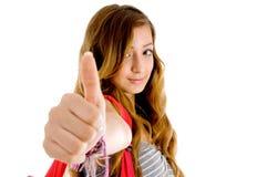 Schönes Jugendlichschulemädchen, das sich Daumen zeigt stockfotografie