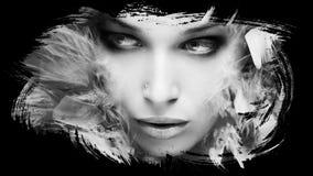 Schönes junge Frau bw-Porträt mit Federatelieraufnahme stockfotos