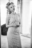 Schönes junge Frau lookat selbst im Spiegel Lizenzfreies Stockbild