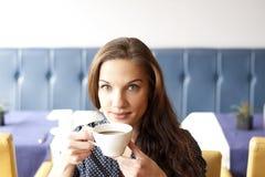 Schönes junge Frau trinkendes cofee Stockbild