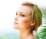 Schönes junge Frauen-Gesicht Stockfotografie