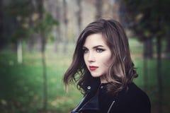 Schönes junge Frauen-Mode-Modell Walking im Park Stockfotografie