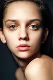 Schönes junge Frauen-Porträt, das in der Kamera schaut Stockfoto