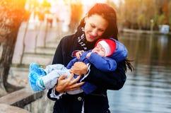 Schönes junges Alter sie und ihr entzückender kleiner Sohn im autum lizenzfreie stockbilder
