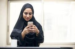 Schönes junges arabisches Frauensimsen stockfotografie
