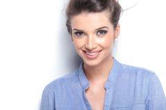 Schönes junges Art und Weisefrauenlächeln Stockbild
