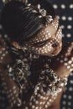 Schönes junges attraktives modernes vorbildliches Porträt mit tradi lizenzfreie stockfotos