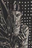 Schönes junges attraktives modernes vorbildliches Porträt mit traditioneller Verzierung auf Haut und Gesicht lizenzfreie stockfotografie