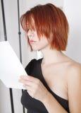 Schönes junges Baumuster und Schauspielerin liest Index Lizenzfreie Stockfotos