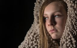 Schönes junges blauäugiges blondes bedeckt in der Beschaffenheit Stockfotografie