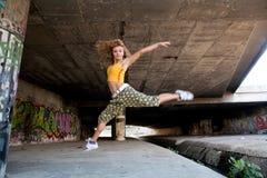Schönes junges blondes Baumuster. Graffiti Stockfoto