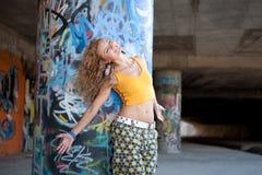 Schönes junges blondes Baumuster. Graffiti Stockfotos