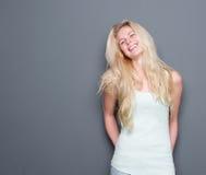 Schönes junges blondes Frauenlachen Stockfotografie