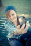Schönes junges blondes Hippie-Frau selfie Lizenzfreie Stockfotos
