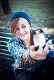 Schönes junges blondes Hippie-Frau selfie Lizenzfreie Stockfotografie