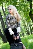 Schönes junges blondes im Sommerpark Stockfoto