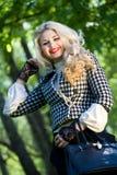 Schönes junges blondes im Sommerpark Lizenzfreie Stockbilder