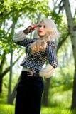 Schönes junges blondes im Sommerpark Stockfotografie