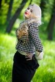 Schönes junges blondes im Sommerpark Stockbild