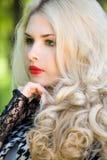 Schönes junges blondes im Sommerpark Stockfotos
