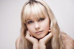 Schönes junges blondes Mädchen Stockfotografie