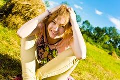 Schönes junges blondes Mädchen lizenzfreies stockfoto