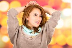 Schönes junges blondes Mädchen des Porträts über buntem Lizenzfreies Stockfoto