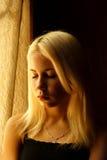 Schönes junges blondes Mädchen Drastisches Porträt einer Frau in der Dunkelheit Träumerischer weiblicher Blick in der Dämmerung W Stockfoto
