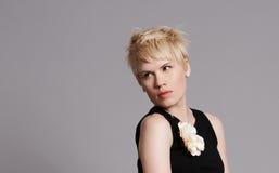 Schönes junges blondes Mädchen im schwarzen Kleid Lizenzfreie Stockfotos