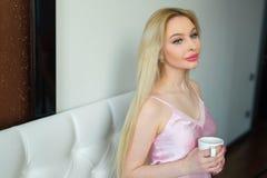 Schönes junges blondes Mädchen mit dem langen Haar Stockfotografie