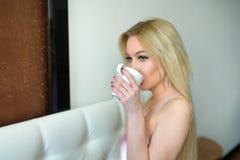 Schönes junges blondes Mädchen mit dem langen Haar Lizenzfreies Stockfoto