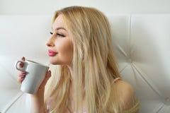 Schönes junges blondes Mädchen mit dem langen Haar Lizenzfreie Stockbilder