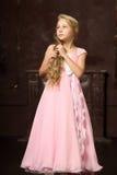 Schönes junges blondes Mädchen mit dem langen Haar Lizenzfreie Stockfotos