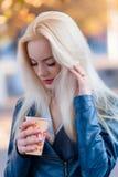 Schönes junges blondes Mädchen mit einem hübschen Gesicht Lizenzfreies Stockfoto