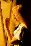 Schönes junges blondes Mädchen mit einem hübschen Gesicht Lizenzfreie Stockfotografie