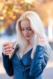 Schönes junges blondes Mädchen mit einem hübschen Gesicht und einem schönen Lächeln mustert Porträt einer Frau mit dem langen Haa Stockfoto