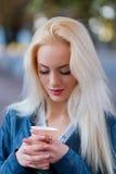 Schönes junges blondes Mädchen mit einem hübschen Gesicht und schön Stockbild